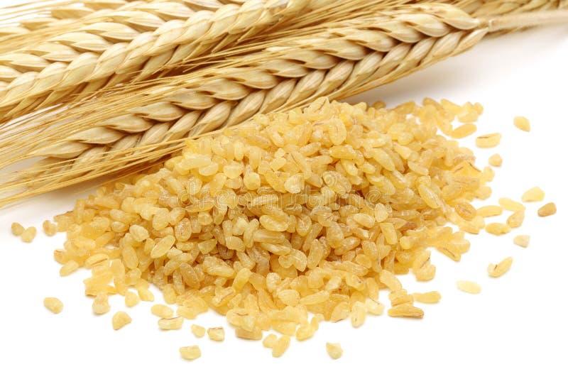 Пук ушей пшеницы с булгуром пшеницы изолированным на белизне стоковое фото rf