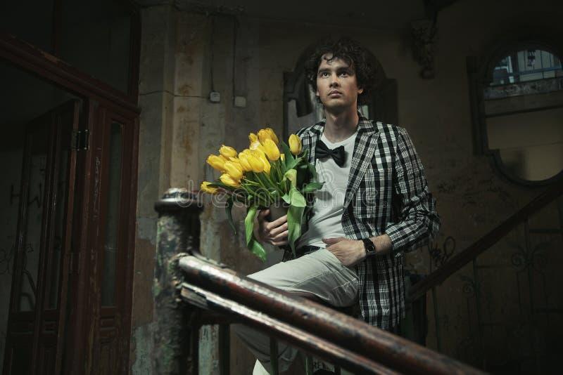 пук цветет человек удерживания стоковое изображение