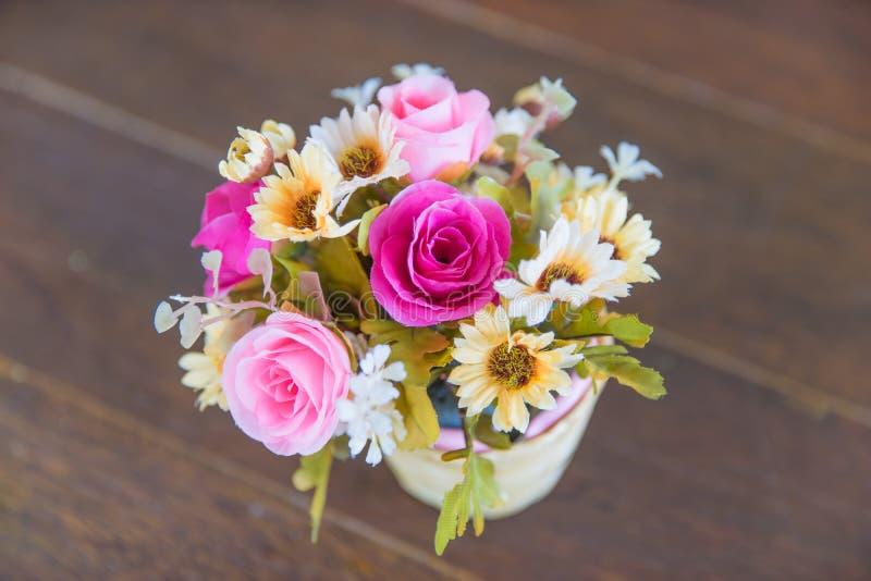 Пук цветка в вазе на деревянном поле/специфическом focu стоковые изображения rf