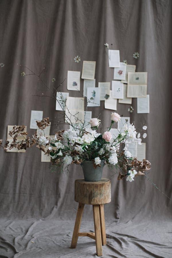 Пук цветков весны Домашнее украшение Натюрморт на темной предпосылке r стоковые изображения rf