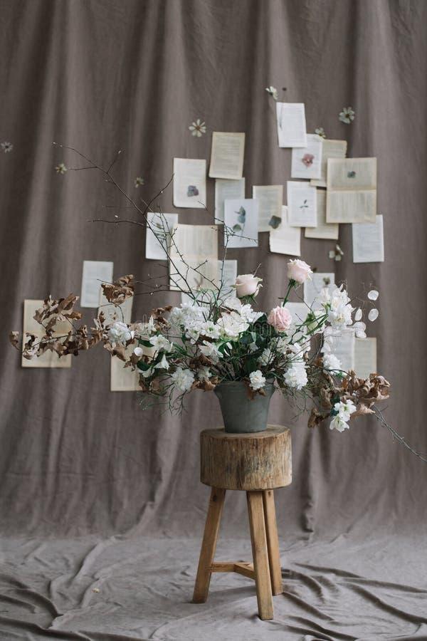 Пук цветков весны Домашнее украшение Натюрморт на темной предпосылке r стоковое фото rf