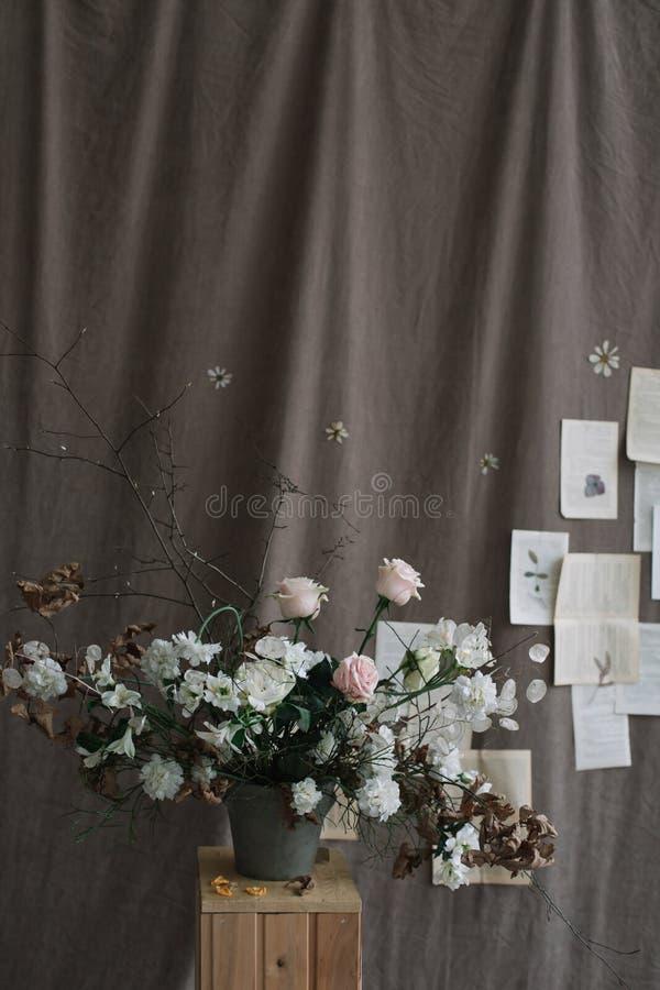 Пук цветков весны Домашнее украшение Натюрморт на темной предпосылке r стоковое фото