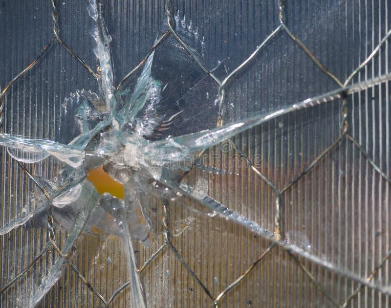 Пулевое отверстие в стекле ячеистой сети с гребнями стоковое фото rf