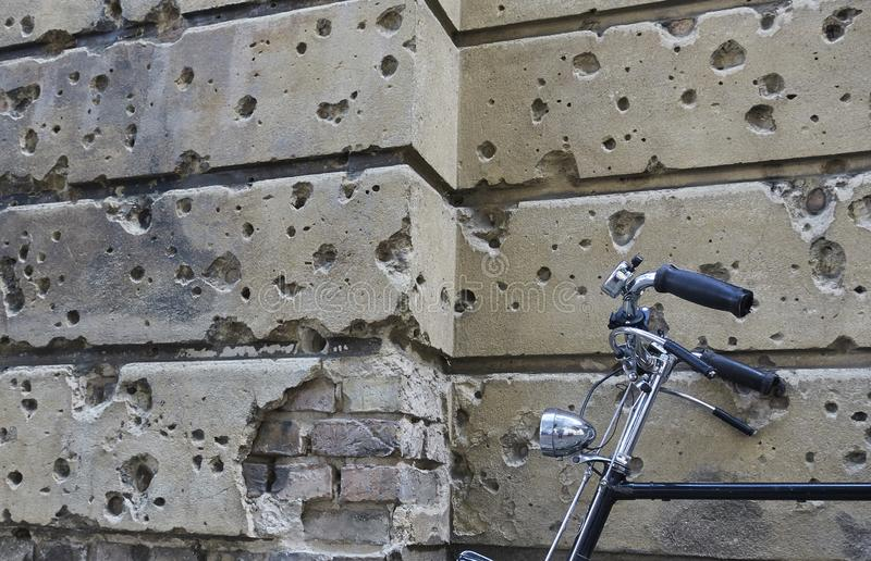 Пулевые отверстия в стене здания в Берлине стоковая фотография