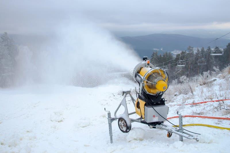 Пулемет для продукции искусственного снега в горах зимы, подготавливает для деятельностей при лыжи стоковая фотография rf