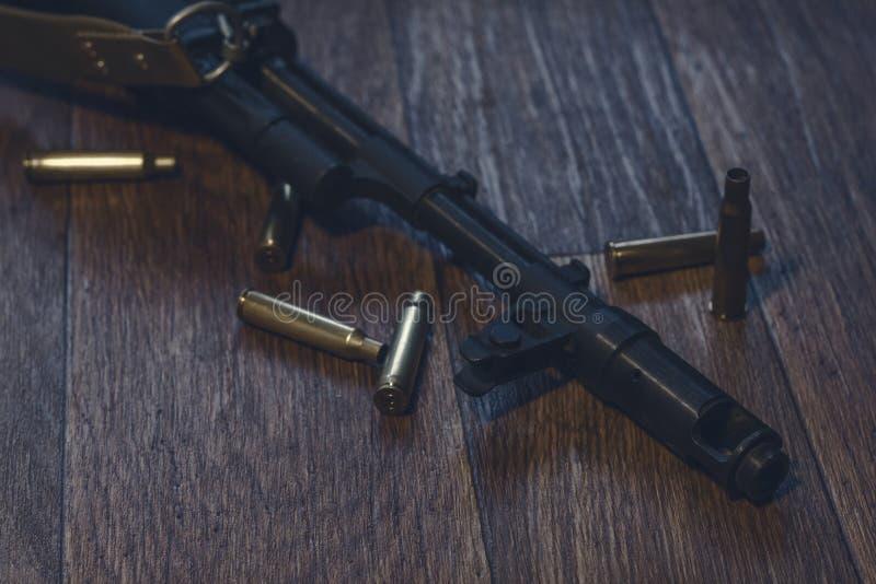 Пулемет лежа на том основании с раковинами стоковая фотография