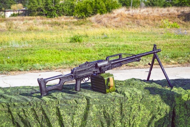 Пулемет Pecheneg стоя в обслуживании с русской армией стоковое фото