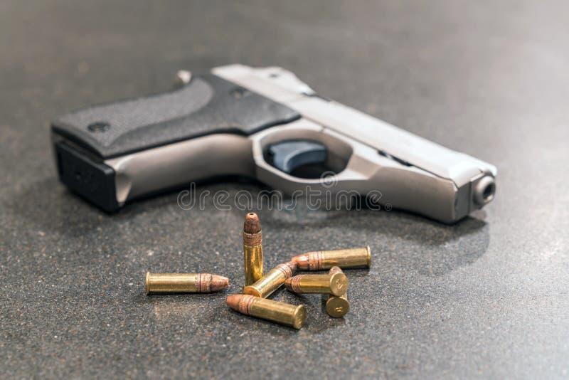 Пули и личное огнестрельное оружие на черном счетчике стоковые изображения rf