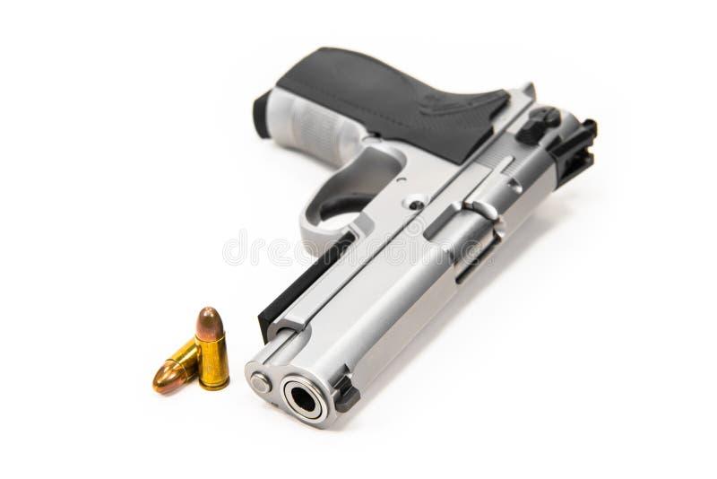 Пули и оружи помещены на белой земле стоковые изображения rf