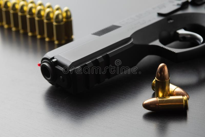 Пули и чернота пистолет 9 mm полуавтоматный на черной поверхности стоковые изображения rf