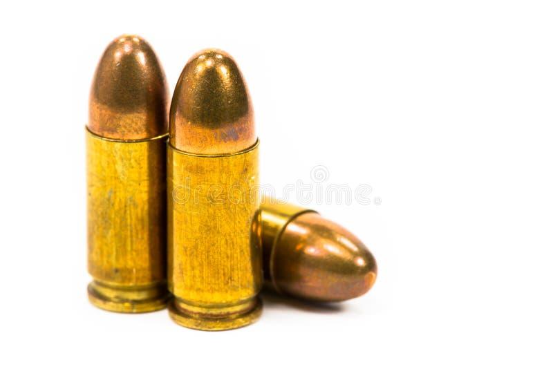 Пули положенные на белый пол стоковая фотография