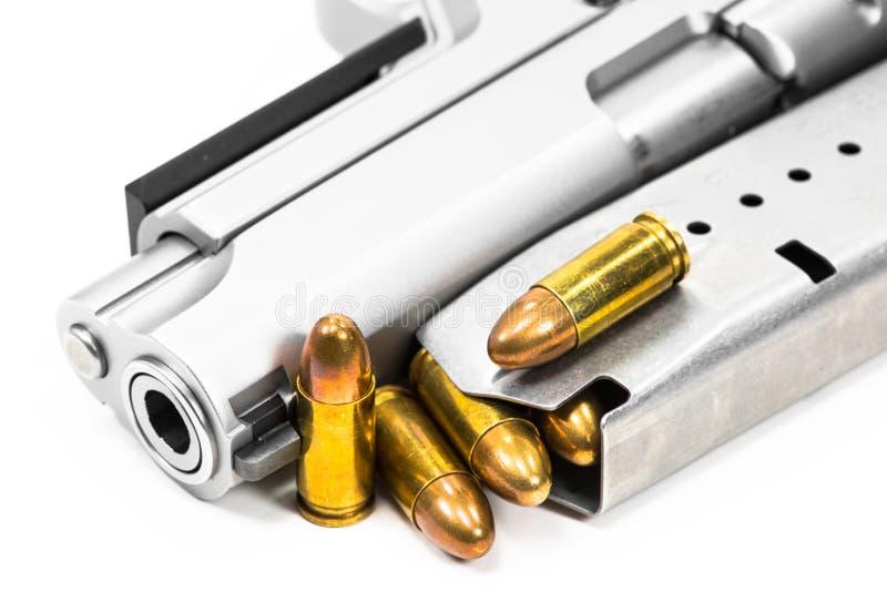 Пули помещенные на наморднике на белой предпосылке стоковое изображение