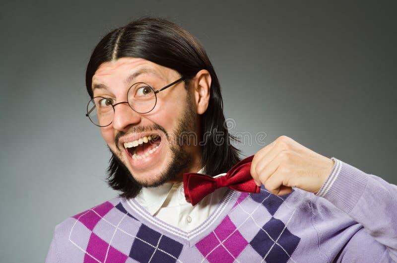 Пуловер молодого человека нося на серой предпосылке стоковые изображения
