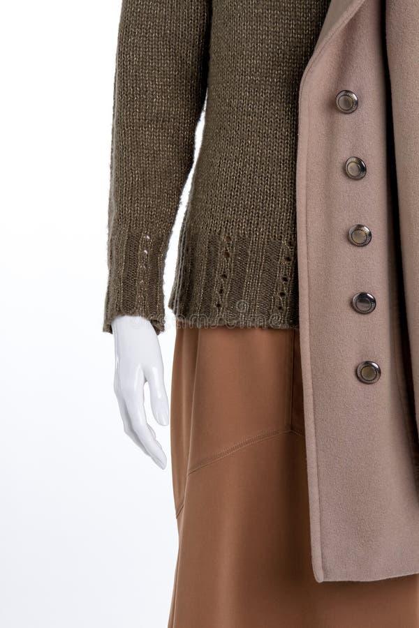 Пуловер, юбка, поднимающее вверх шинели близкое стоковая фотография