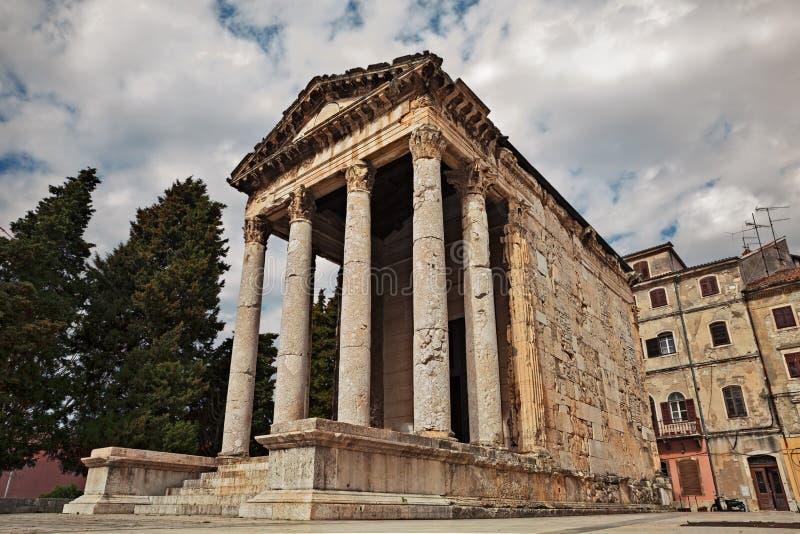 Пулы, Istria, Хорватия: римский висок Augustus стоковые изображения rf