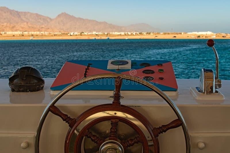 Пульт управления корабля с акселераторами руля и двигателя на мосте капитана Красное Море, Синайский полуостров Египта стоковая фотография