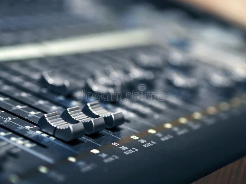 Пульт управления смесителя музыки в крупном плане студии звукозаписи стоковое изображение rf
