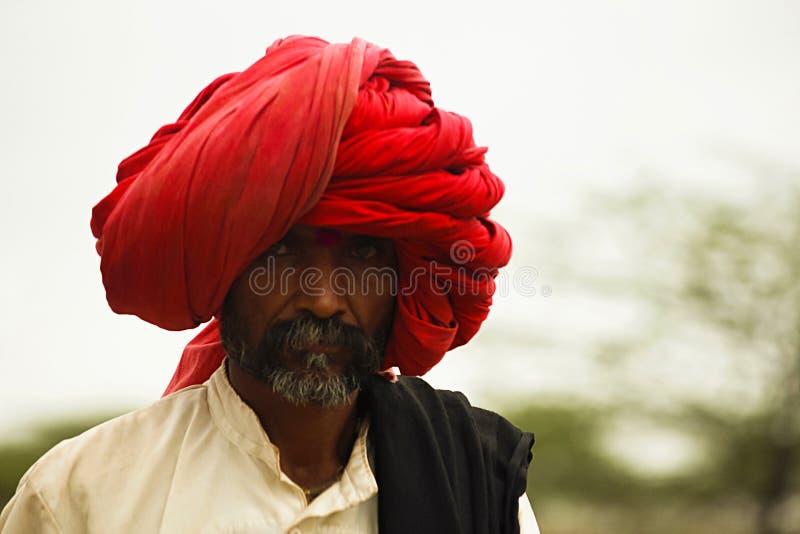 ПУНА, МАХАРАСТРА, ИНДИЯ, июль 2013, человек в большом красном тюрбане также известном как Dhangar стоковые фото