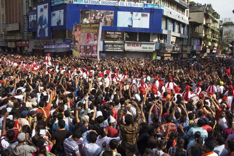 ПУНА, МАХАРАСТРА, сентябрь 2018, люди, толпа веселя представление pathak tasha Dhol путем поднимать руки во время фестиваля Ganpa стоковые изображения