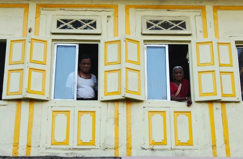 ПУНА, МАХАРАСТРА, февраль 2019, человек и старуха смотря вне от их verandah стоковые изображения rf