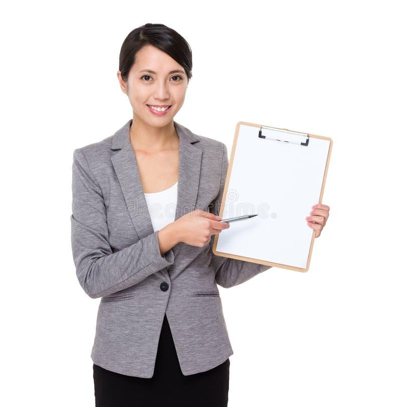 Пункт ручки бизнес-леди к доске сзажимом для бумаги стоковые изображения