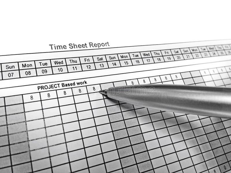 Пункт ручки на отчете о ведомости отработанного времени стоковые фотографии rf