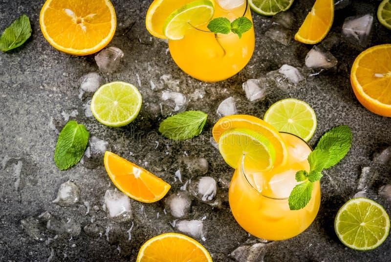 Пунш цитруса лета с апельсинами и известкой стоковое изображение