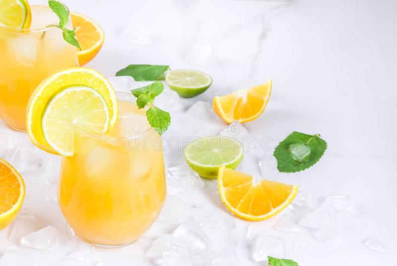 Пунш цитруса лета с апельсинами и известкой стоковые изображения