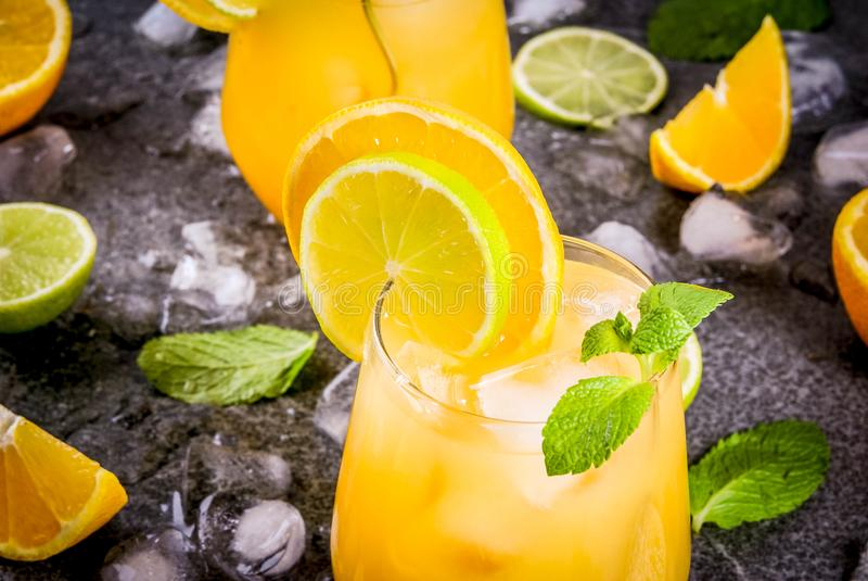 Пунш цитруса лета с апельсинами и известкой стоковые фото