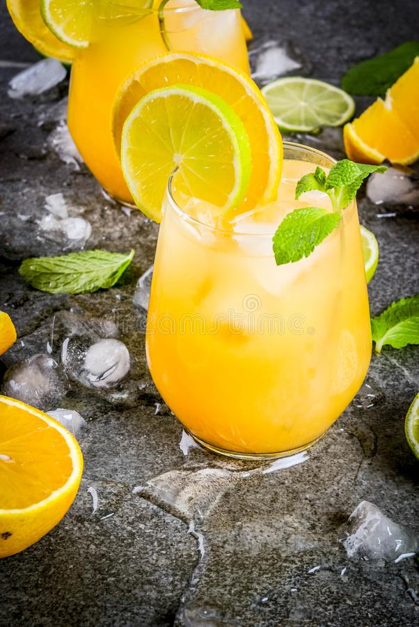 Пунш цитруса лета с апельсинами и известкой стоковая фотография rf