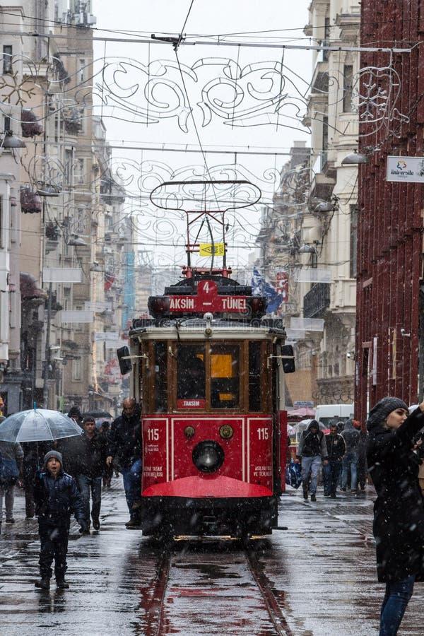 Пурга над трамваем на улице Istiklal, главной пешеходной улице Стамбула, Турции стоковые изображения rf