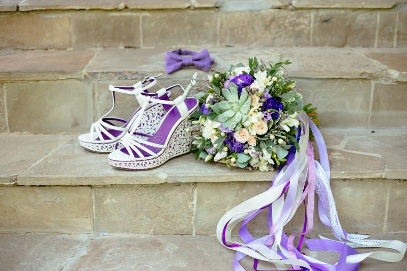 Пурпурная бабочка букета аксессуаров свадьбы на каменных лестницах стоковые фото