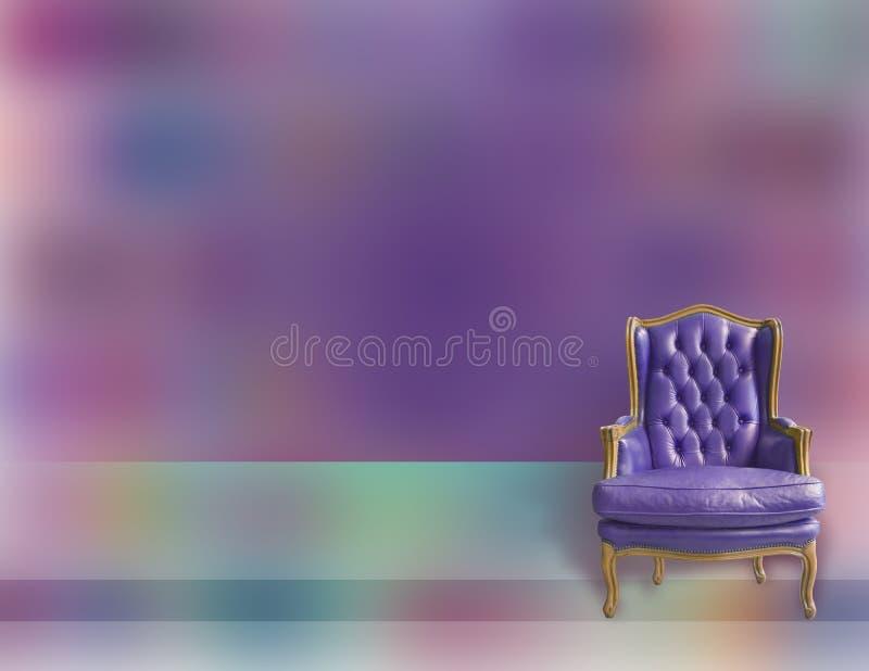 Пурпурная предпосылка с элегантным винтажным деревянным креслом с кожаными драпированием и подушкой стоковое изображение rf