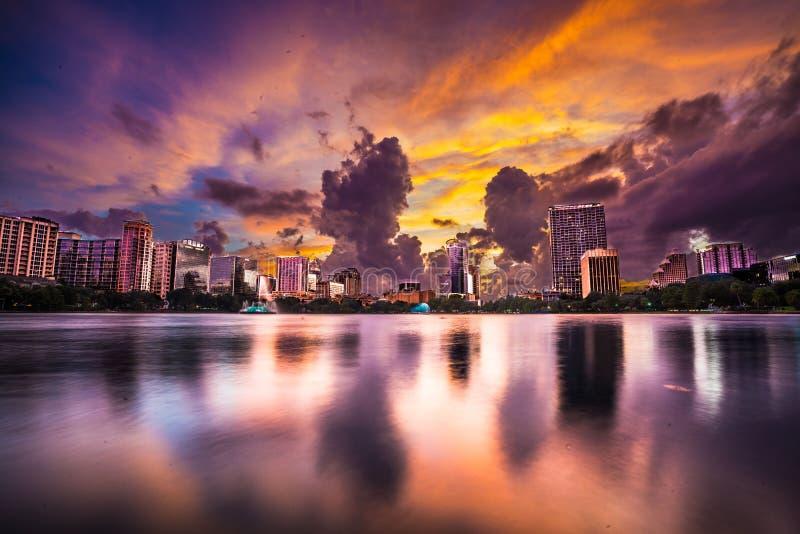 Пурпурное небо над городским Орландо на парке Eola озера стоковое фото rf