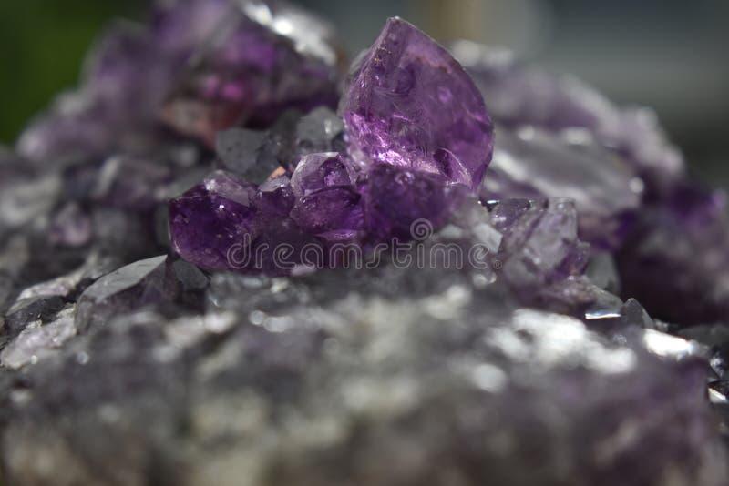 Пурпурный оригинал квартета аметиста, естественный, красивый и трудный для обнаружения стоковая фотография rf
