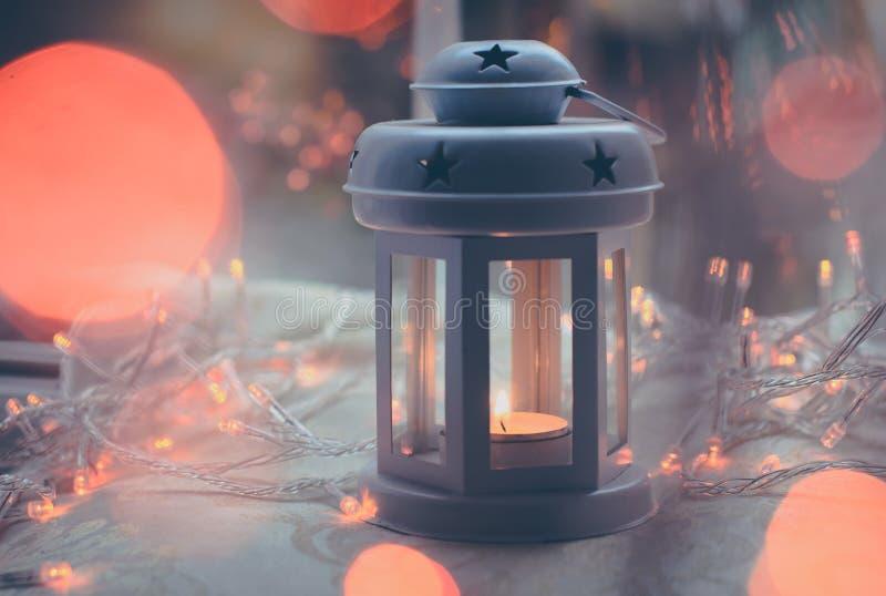 Пурпурный штейновый фонарик свечи с оранжевыми светами стоковые фотографии rf