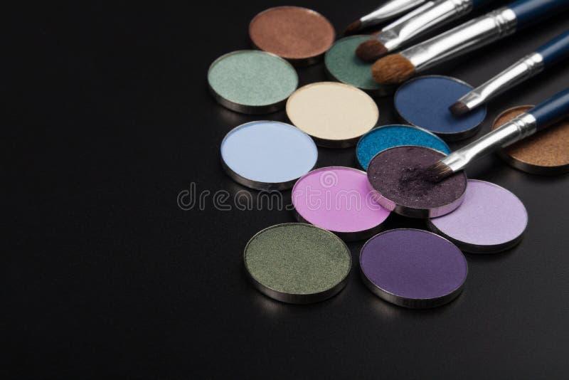 Пурпуровые тени для век с щеткой стоковые изображения