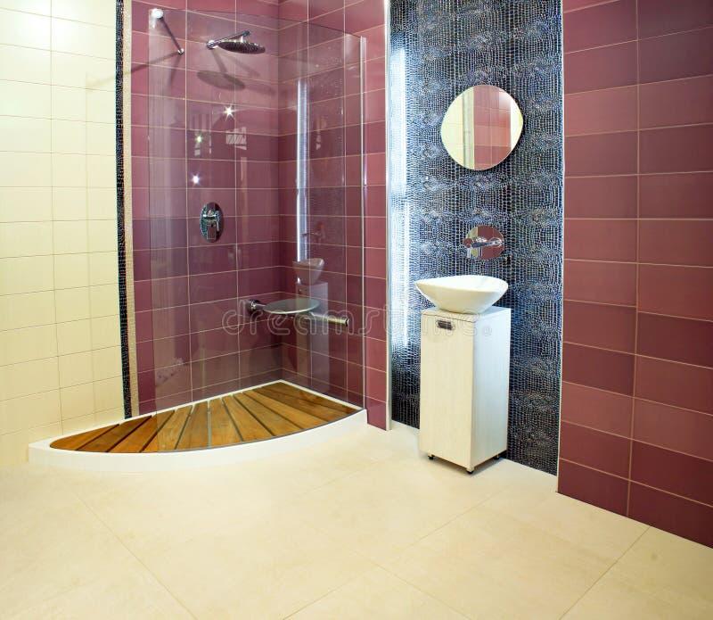 пурпур ванной комнаты стоковая фотография rf