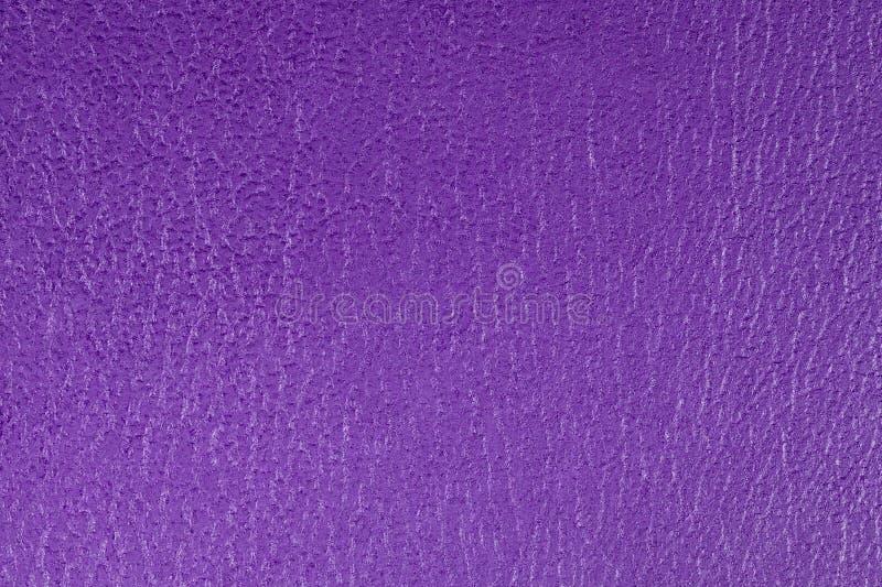 Пурпур выбил декоративную предпосылку текстуры leatherette, конец вверх стоковые фотографии rf
