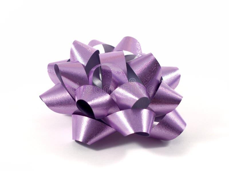 пурпур подарка смычка стоковое изображение