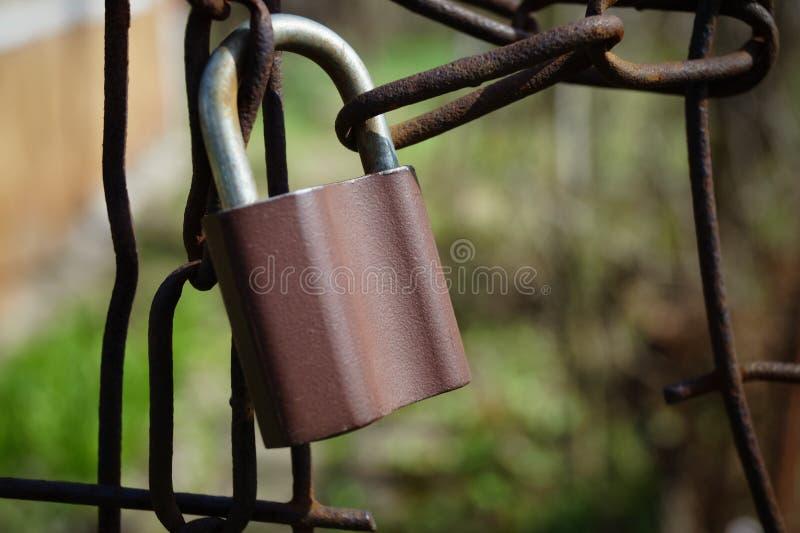 Пусковая площадка ключа замка на старой цепи металла стоковая фотография rf