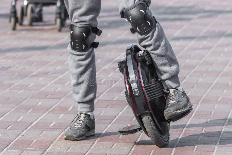 Пусковые площадки колена на ногах для ехать monocycle стоковые фото