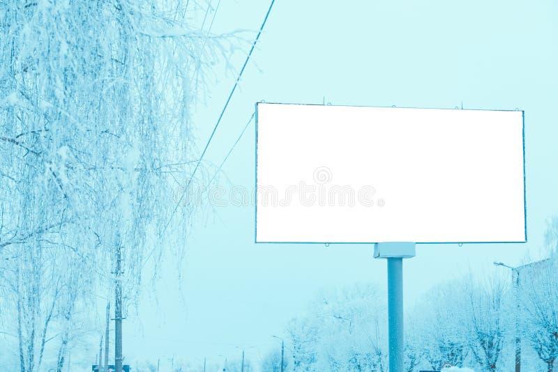 Пустая афиша в городе над дорогой стоковое изображение rf