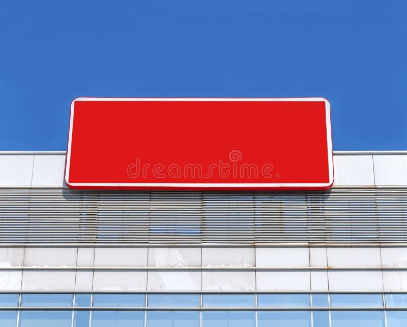 Пустая афиша на здании с красным цветом и голубым небом стоковая фотография