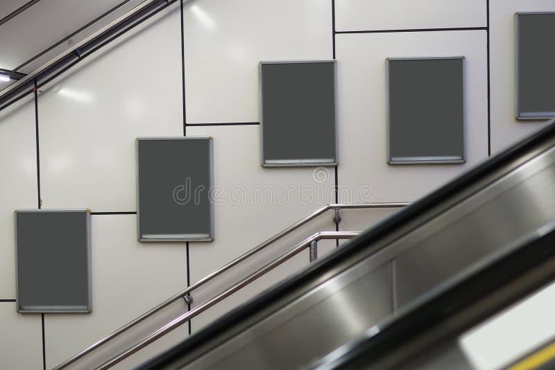 Пустая афиша на эскалаторе метро стоковое фото