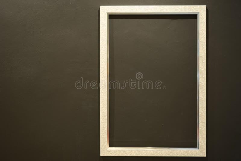 Пустая белая картинная рамка на темной ой-зелен стене стоковое фото rf