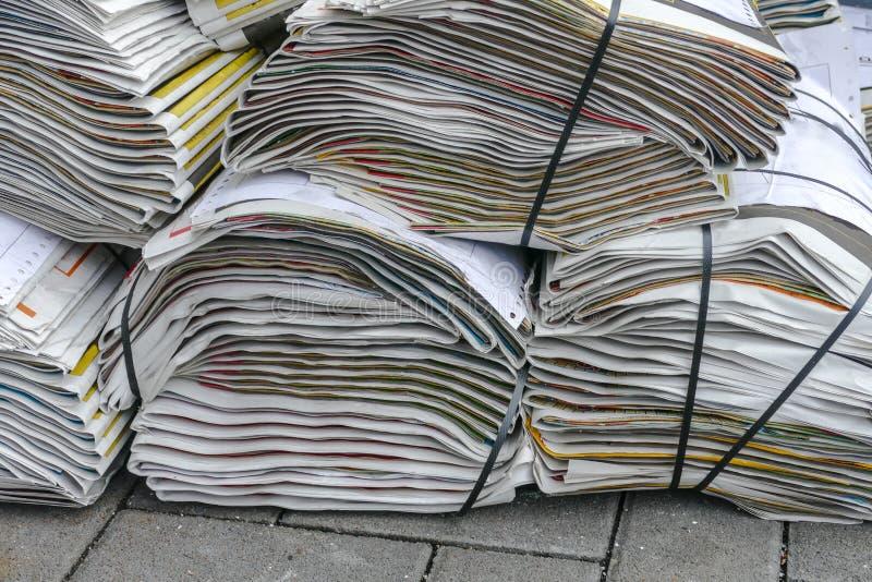пустая белизна бумажного стога газет верхняя стоковые изображения rf
