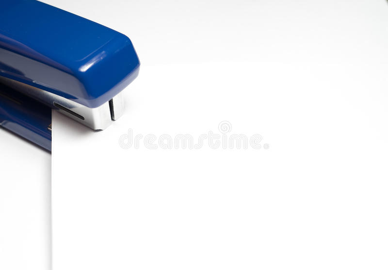Пустая белая бумага с голубым сшивателем стоковые фото