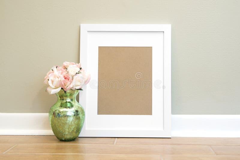 Пустая белая предпосылка с цветками - вертикаль рамки стоковое изображение rf