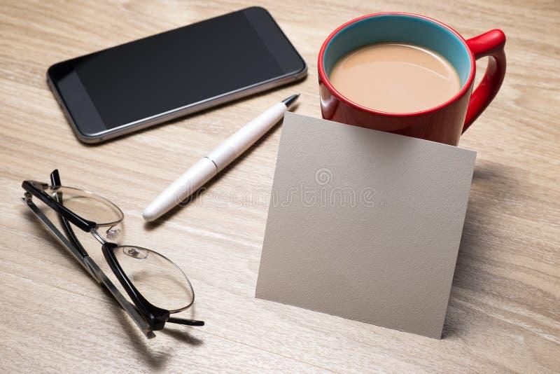 Пустая белая тетрадь открытая, eyeglass, ручка и чашка кофе на столе стоковая фотография rf
